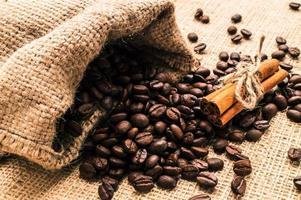 grains de café et moulin à café photo