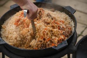 le processus de cuisson du pilaf. plat national de la cuisine orientale. photo