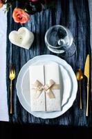 nappe de coureur de couleur avec une assiette blanche et des couverts photo