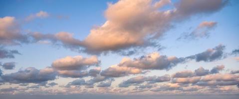 nuages colorés dans le ciel bleu le soir photo