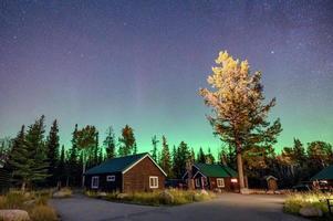 aurores boréales, aurores boréales sur chalet en bois dans le parc national de Jasper photo