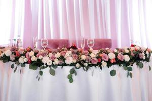 salle de banquet pour mariages avec éléments décoratifs photo
