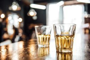 verres de whisky sur la table photo