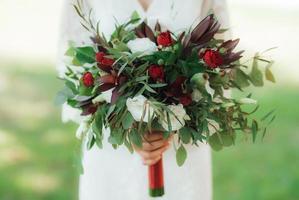 bouquet de mariage de fleurs rouges et de verdure photo