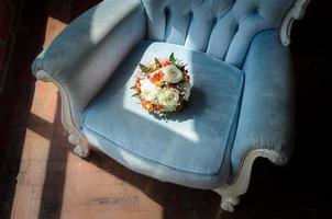 bouquet de mariée dans une chaise antique douce photo
