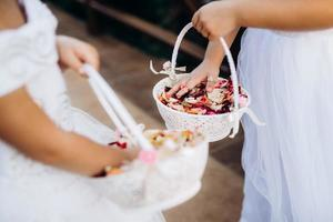 pétales de rose pour la cérémonie dans des paniers de mariage photo