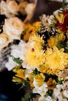 bouquet de roses roses tendres et de marguerites jaunes en décor photo
