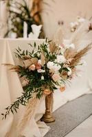 décorations de mariage élégantes faites de fleurs naturelles et d'éléments verts photo