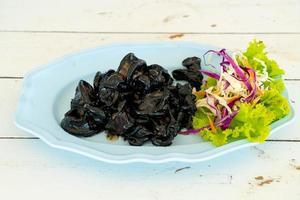 calamars frits avec sauce à l'encre de seiche - style fruits de mer photo