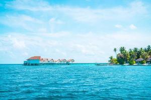 hôtel et île de villégiature tropicale aux maldives avec plage et mer pour le concept de vacances de vacances - améliorez le style de traitement des couleurs photo
