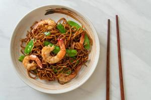 nouilles yakisoba sautées aux pois verts et crevettes - style cuisine asiatique photo