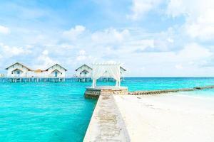 arche blanche avec fond tropical maldives et mer photo