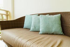 décoration d'oreiller confortable sur chaise de patio sur balcon photo