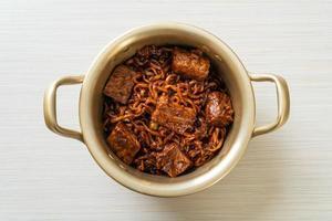 jjapaguri ou chapaguri, haricots noirs coréens nouilles épicées au bœuf photo