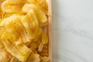 chips de banane - banane tranchée frite ou cuite au four photo