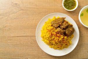 boeuf biryani ou riz au curry et boeuf - version thaï-musulmane du biryani indien, avec riz jaune parfumé et boeuf photo