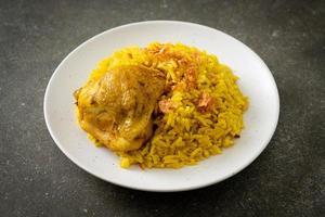 poulet biryani ou riz au curry et poulet - version thaï-musulmane du biryani indien, avec riz jaune parfumé et poulet photo