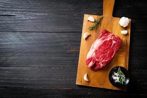 steak de boeuf cru frais ou viande crue photo
