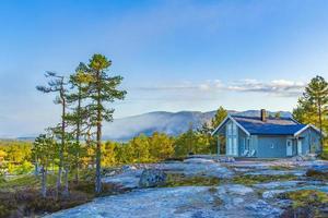 matin lever de soleil brouillard nuages montagnes et cabine paysage nissedal norvège. photo