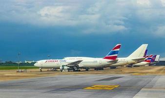 Orienter l'avion thaïlandais pendant la tempête à l'aéroport de Bangkok Suvarnabhumi, Thaïlande photo