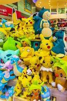 jouets en peluche pokemon pikachu colorés à l'aéroport de bangkok en thaïlande. photo