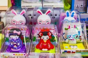 souvenirs et jouets asiatiques typiques à l'aéroport de bangkok, thaïlande, 2018 photo