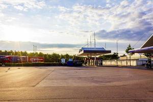 station-service statoil au lever du soleil en suède. photo