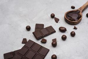 barre de chocolat noir avec des bonbons photo