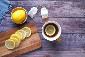 vue de dessus du thé au citron et tranche de citron sur fond de bois photo