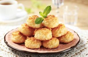 pile de macarons à la noix de coco sur une assiette décorative photo
