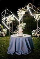 gâteau de mariage au mariage des jeunes mariés photo