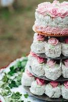 gâteau éponge de mariage festif avec crème glacée blanche photo