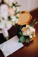 alliances en or avec un décor de mariage photo