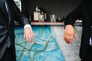 deux gars au bar boivent du whisky dans des verres en cristal photo