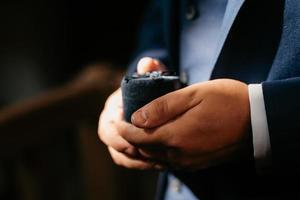 le marié tient tendrement la main entre eux l'amour et les relations photo