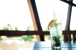 cocktail d'alcool de fruits à base de citron vert, menthe, orange, soda photo