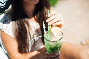 girl est un cocktail d'alcool de fruits à base de citron vert, menthe, orange, soda photo