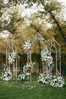 zone de cérémonie de mariage avec des fleurs séchées dans un pré photo