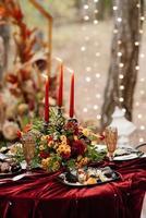 décor de bougie d'ambiance avec feu réel sur la table de banquet photo