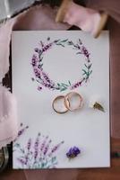 alliances avec décor de mariage photo