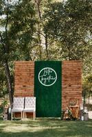 zone de cérémonie de mariage, décor de chaises en arc photo