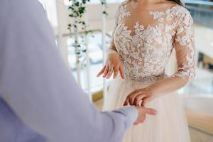 habiller la mariée dans une robe de mariée avec corset et laçage photo