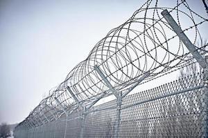 clôture de la prison. fil barbelé. photo