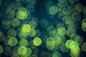fond vert avec des lumières étincelantes défocalisées naturelles de bokeh. photo