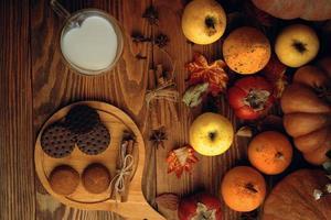 biscuits au chocolat, légumes, fruits et lait dans une tasse. photo