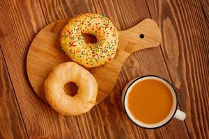 petit déjeuner sur un fond en bois. photo