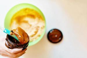 mélanger les ingrédients pour la tarte. photo