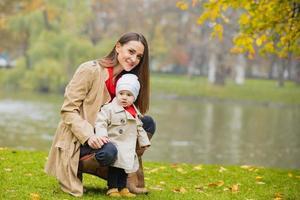 famille heureuse jouant dehors dans le parc, hiver, vie d'automne photo