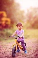 petite fille, équitation, vélo équilibre, dans parc photo