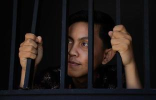 expression de l'homme tenant des barreaux en prison photo